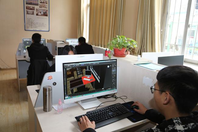 河南新华电脑学院学生在实训基地参与实训.jpg
