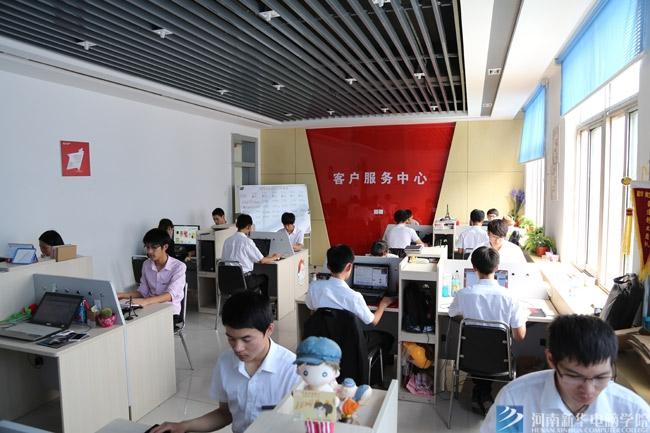 河南新华电脑学院淘宝创业中心的学生实训中.jpg