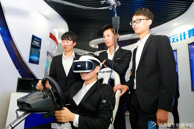 新华学子在校体验互联网高科技
