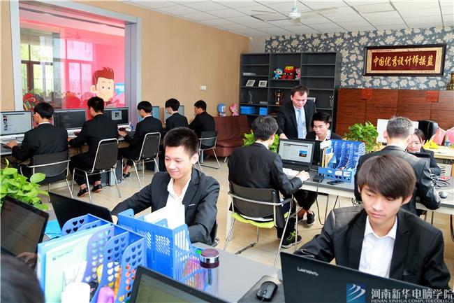 河南新华电脑学院学子在校参加企业项目实训
