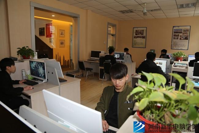河南新华电脑学院在实训基地实训.jpg